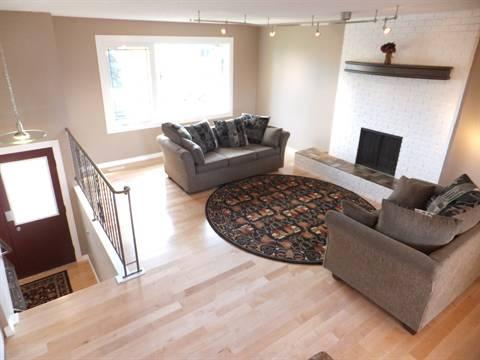 Edmonton Maison. Living Room & Entry