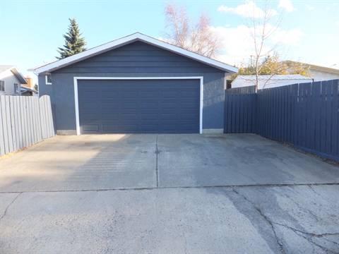 Edmonton Maison. Garage & Parking Pad