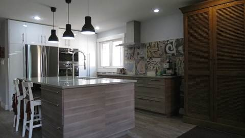 Edmonton House. Fabulous Custom Kitchen Complete With Quartz Counter Tops!