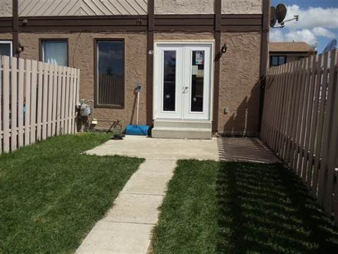 Swan Hills Maison urbaine. New garden door - fenced and landscaped yard