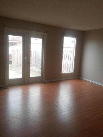 Swan Hills Maison urbaine. Living room - large windows and French door access to patio