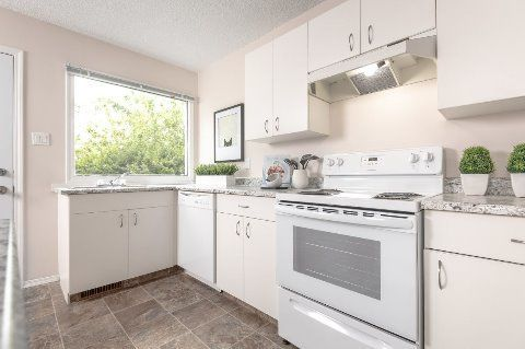 Edmonton Townhouse. Bright and Fully Equipped Kitchen